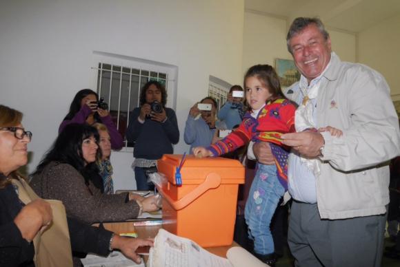 El candidato nacionalista a la Intendencia de Maldonado, Enrique Antía, votando. Foto: Ricardo Figueredo.