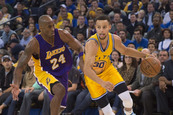 Choque de cracks: Kobe Bryant marca a un imparable Stephan Curry. Foto: AFP.