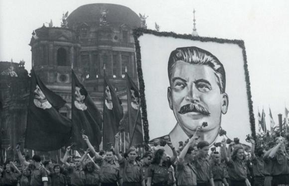 Jóvenes pioneros alemanes desfilan en honor de José Stalin, 1948.