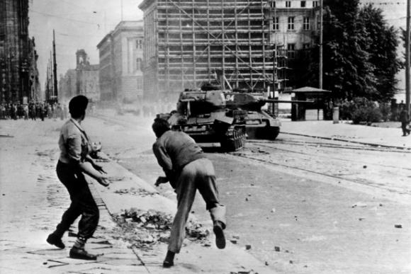Jóvenes alemanes apedrean tanques rusos, Potsdamer Platz, Berlín, 1953.