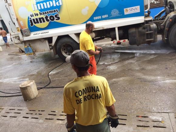 Lavando la calle: la tarea se hace después de levantar la basura y barrer.