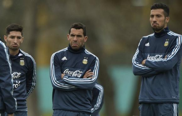 Milton Casco, Carlos Tevez y Ezequiel Garay. Foto: AFP