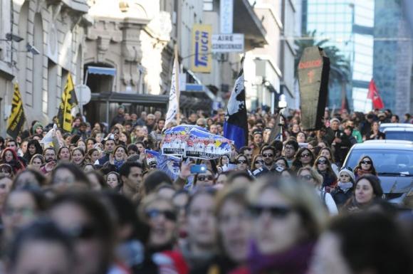 Los maestros coparon las calles de Montevideo para protestar. Foto: F.Ponzetto