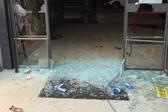 Un grupo de personas saqueó y destrozó un supermercado en Malvín Norte.