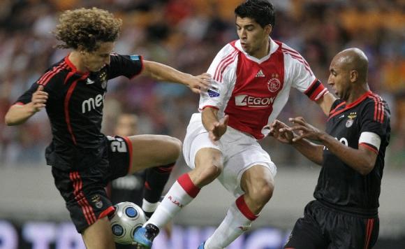 David Luiz y Luis Suárez en un partido entre Benfica y Ajax en el 2009. Foto: AFP