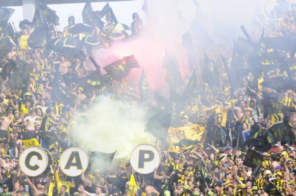 La hinchada de Peñarol en la Ámsterdam en el clásico. Foto: Marcelo Bonjour