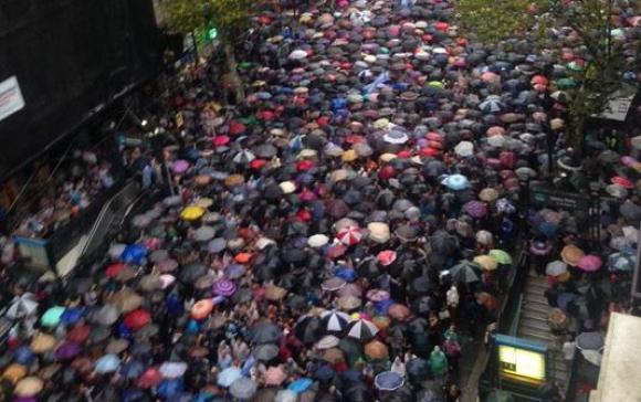 Miles en la marcha en homenaje a Alberto Nsman. Foto: C5N