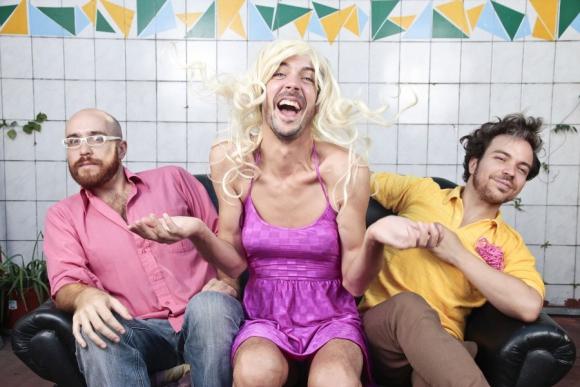 """Julián Kartún, Julián Lucero y Félix Buenaventura hacen """"Noche de Fresas""""."""