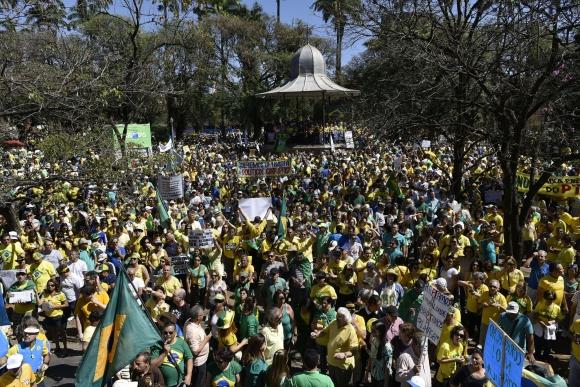 Miles salieron a protestar contra el gobierno de Dilma Rousseff en Brasil. Foto: AFP