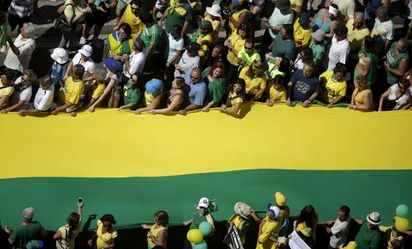 Miles salieron a protestar contra el gobierno de Dilma Rousseff en Brasil. Foto: Reuters