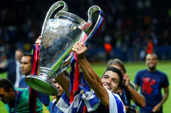 Imagen original de Suárez levantando la copa de la Champions. Foto: Reuters.
