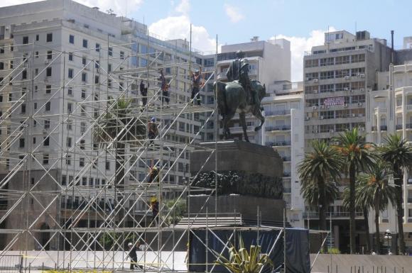 Domingo 22 de febrero de 2015 construyen el escenario para el cambio de mando del próximo 1° de marzo de 2015. Foto: Ariel Colmegna.