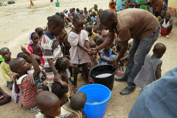 Grupo de niñas rescatadas de las manos de Boko Haram se lava las manos en el campo de refugiados de Malkohi. Foto: Reuters.