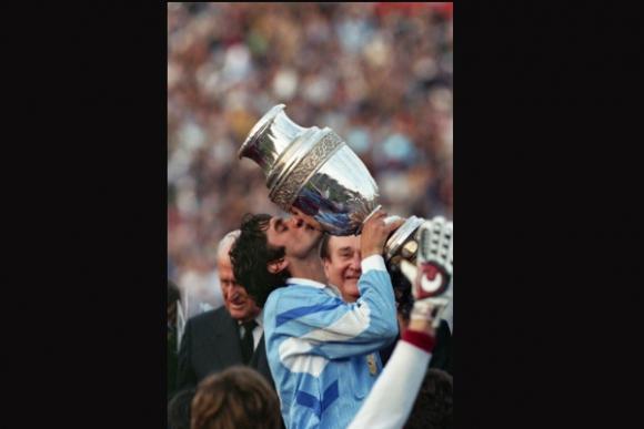Francescoli y el título en la última copa que organizó Uruguay, en 1995.