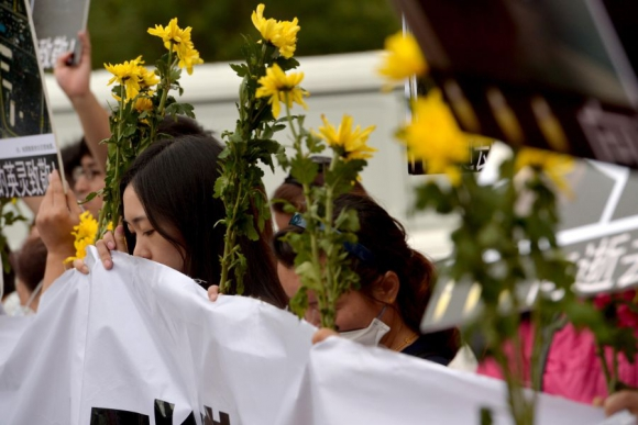 Decenas de personas despidieron los restos de las víctimas. Foto: AFP.