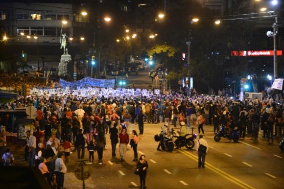 La columna de personas ocupa varias cuadras de largo. Foto: Gerardo Pérez