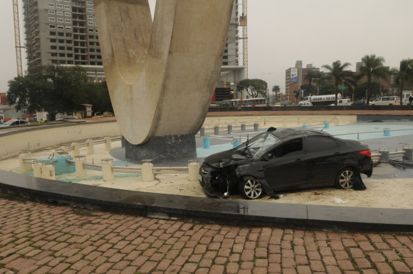 El auto quedó incrustado en el monumento a Batlle. Foto: Francisco Flores