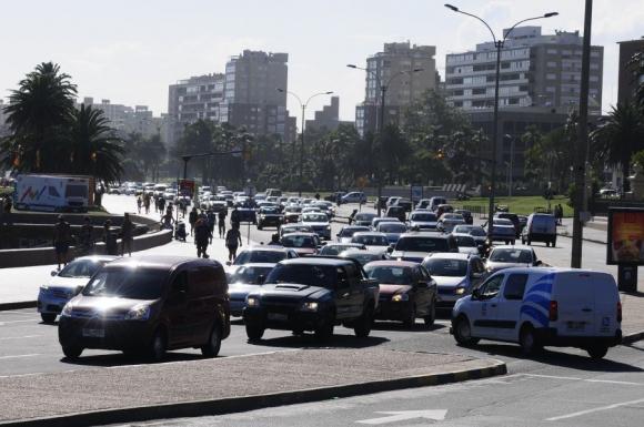 En la tarde el tránsito se tranca en dirección hacia el Este. Foto: Marcelo Bonjour.