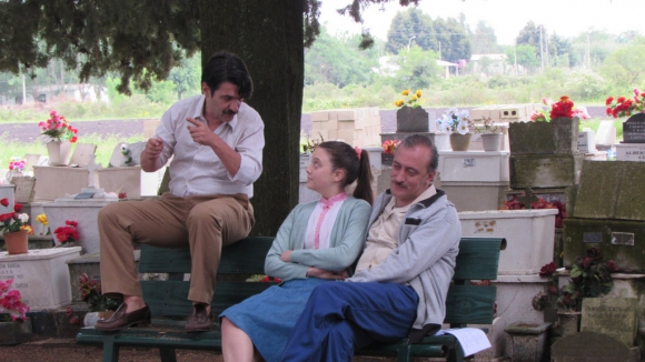 César Troncoso, Alfonsina Carrocio Alfaro y Roberto Suárez rodando una escena en el cementerio de San Antonio.