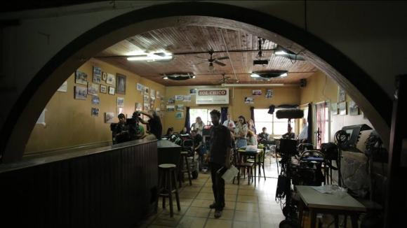 Rodaje en el bar del Club Radial. En las paredes hay trofeos y fotos de caballos campeones de raid, otra de las actividades típicas de San Antonio.
