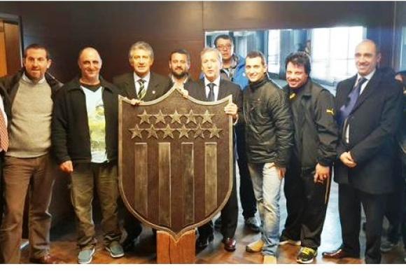 Donaron un escudo gigante para el estadio de Peñarol
