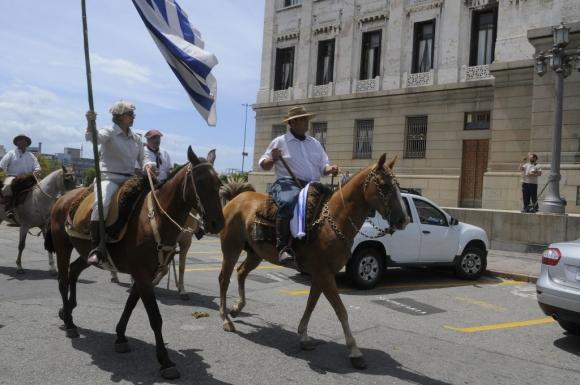 Mario Ayala diputado nacionalista por Artigas llegó a caballo al Parlamento el 15 de febrero de 2015. Foto: Ariel Colmegna.