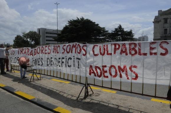 Protestas de Adeoms contra el exintendente de Salto Germán Coutinho, que asume como senador el 15 de febrero de 2015. Foto: Ariel Colmegna.