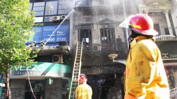 Incendio en Zapatería de 18 de Julio y Paraguay. Foto: El País.