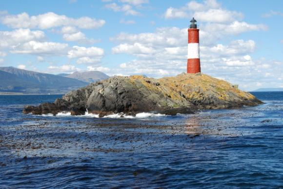 Faro en los islotes Les Éclaireurs en el canal Beagle, frente a la bahía de Ushuaia, Tierra del Fuego, Argentina.