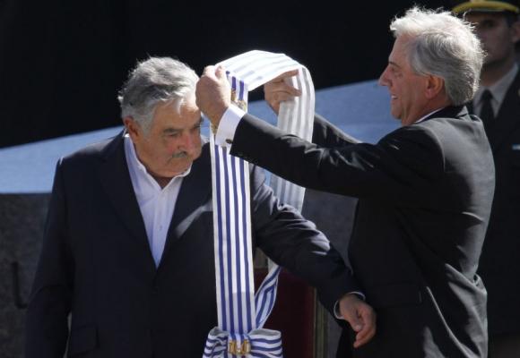 Vázquez le entrega la banda a Mujica. Mañana será al revés. Foto: Archivo El País