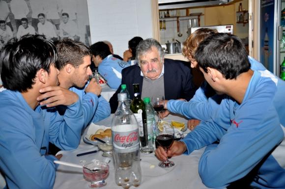 El presidente con los jugadores de la Celeste. Foto: Archivo El País