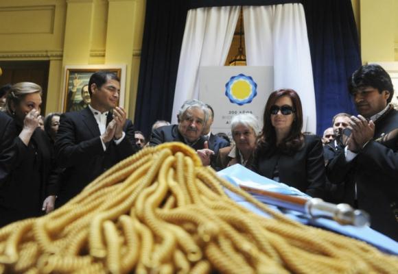 Momento de diálogo y encuentro con la presidenta argentina. Foto: Archivo El País