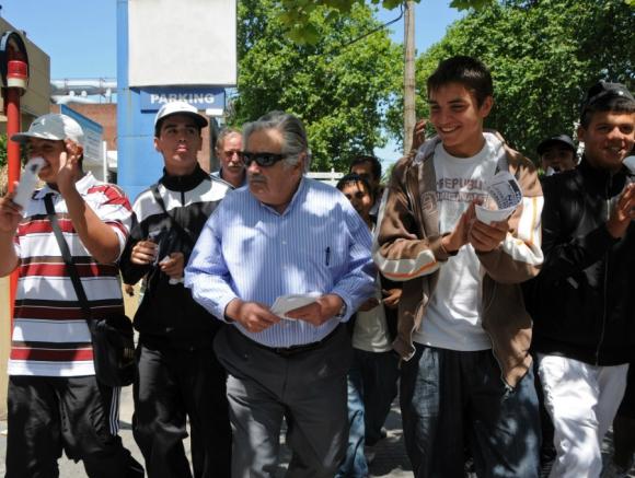 Los jóvenes siempre estuvieron cerca del mandatario. Foto: Archivo El País