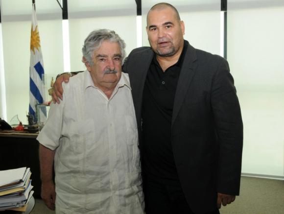 Mujica abrazado a José Luis Chilavert. Foto: Archivo El País