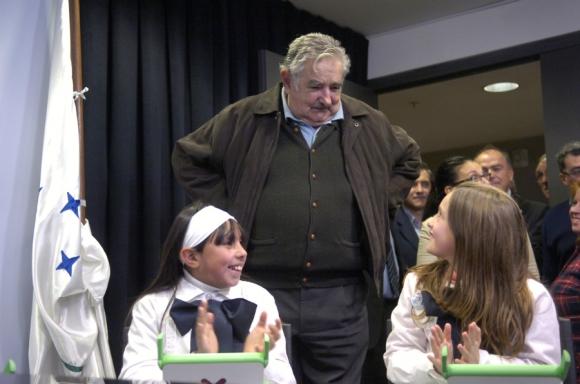 Junto a niños del Plan Ceibal. Foto: Archivo El País