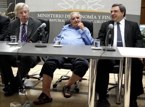De chancletas y distendido en un acto oficial. Foto: Archivo El País