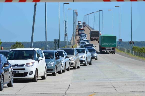 Puente San Martín colmado por feriado de Carnaval. Foto: Daniel Rojas