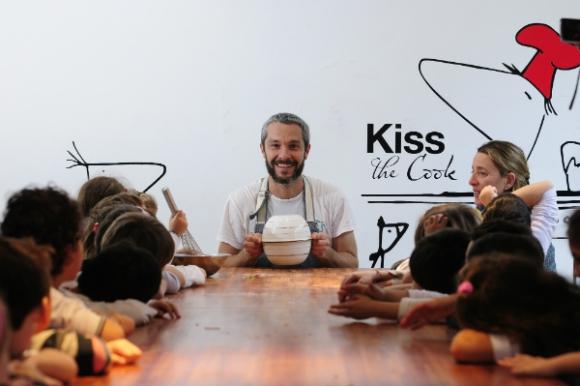 Hace diez años que Diego Ruete combina cocina y educación trabajando con los niños.