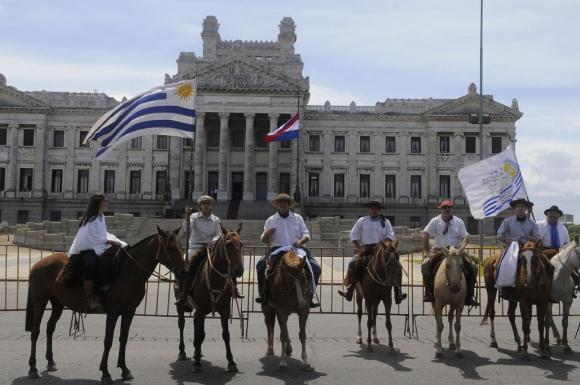 Mario Ayala y sus jinetes llegan al Palacio Legislativo. Foto: Ariel Colmegna