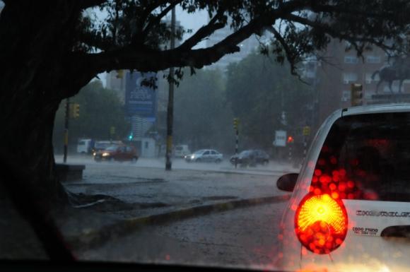 Imágenes de la tormenta sobre Montevideo. Foto: Marcelo Bonjour