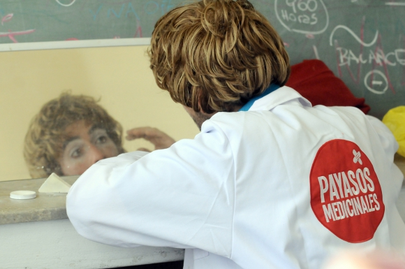 Los Payasos Medicinales se aprontan en el Clínicas. Foto: Darwin Borreli.