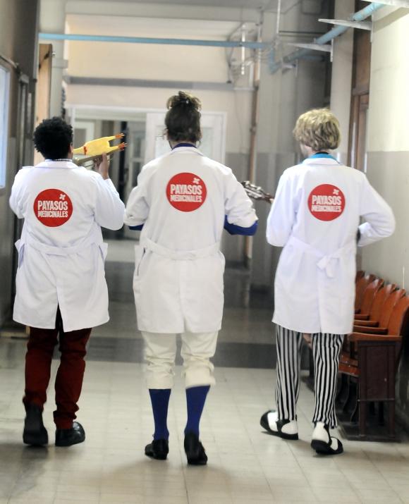 Los Payasos Medicinales se dirigen al piso 9. Foto: Darwin Borrelli.