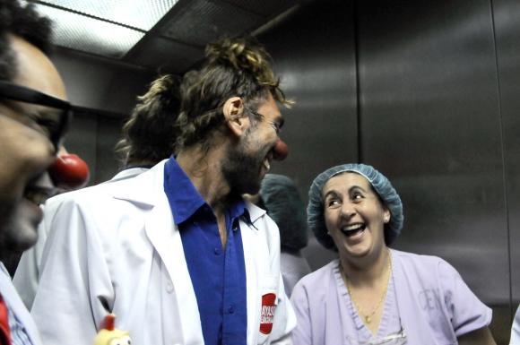 En el ascensor del Clínicas ya hacen reír. Foto: Darwin Borrelli.