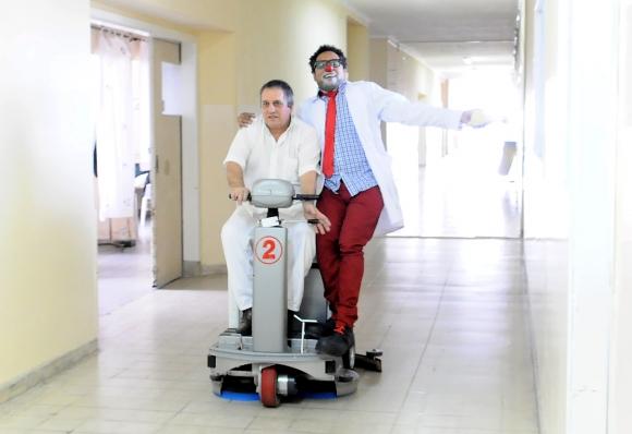 A las enfermeras las entretienen y les preguntan si pueden ingresar a la sala. Foto: Darwin Borrelli.