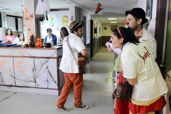 El personal también disfruta de los payasos de SaludArte en el Casmu. Foto: Darwin Borrelli.