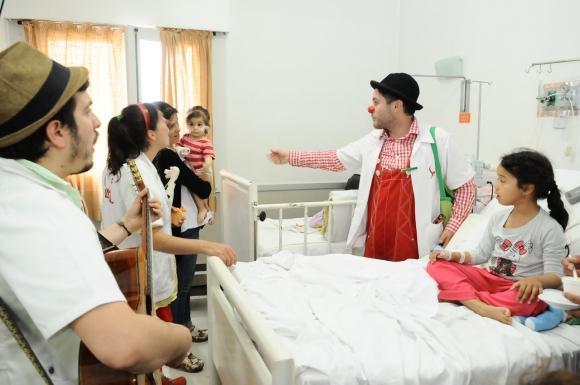 Los payasos ayudan a que la paciente tome un helado. Foto: Darwin Borrelli