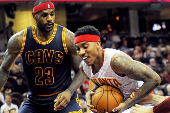 Lebron James en defensa ante los Atlanta Hawks. Foto: Reuters.