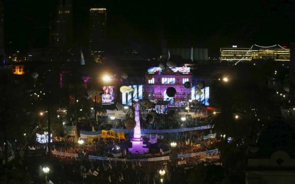 Una multitud colmó la Plaza de Mayo en Buenos Aires. Foto: AFP