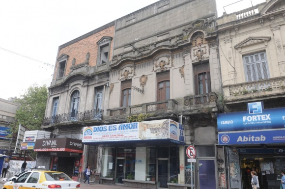 En 18 y Pablo De María un edificio está desocupado y revela deterioro en balcones. Foto: A.Martínez.
