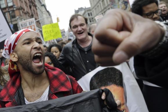 Quentin Tarantino en una marcha en Nueva York contra la brutalidad policial. Foto: EFE